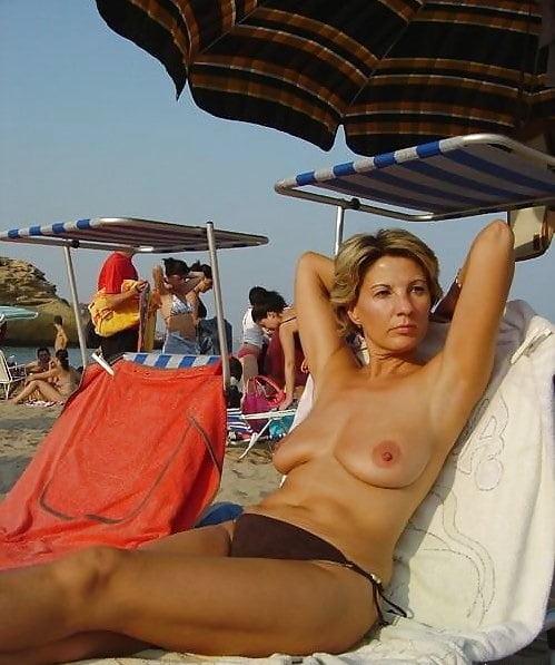 Mama nudystka na plaży