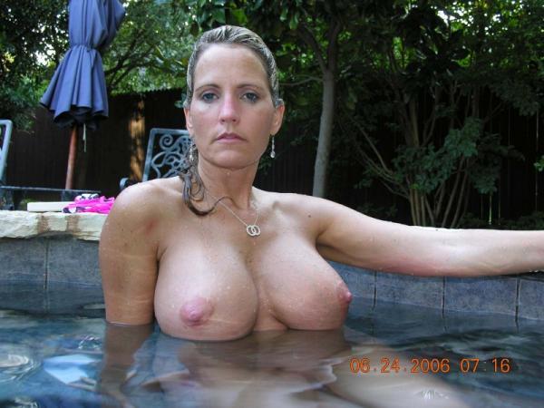 MILF w basenie