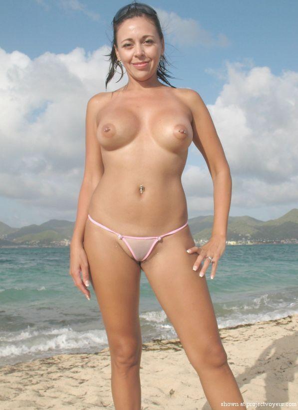 Goła mamuśka na plaży