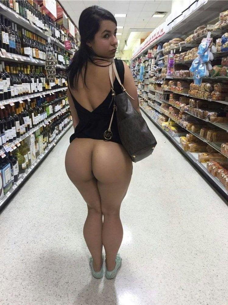 Mamuśka pokazuje tyłek w sklepie