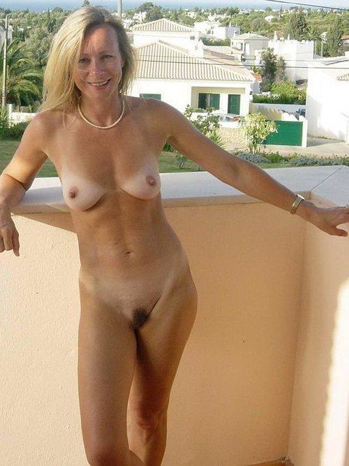 Goła mamusia na balkonie