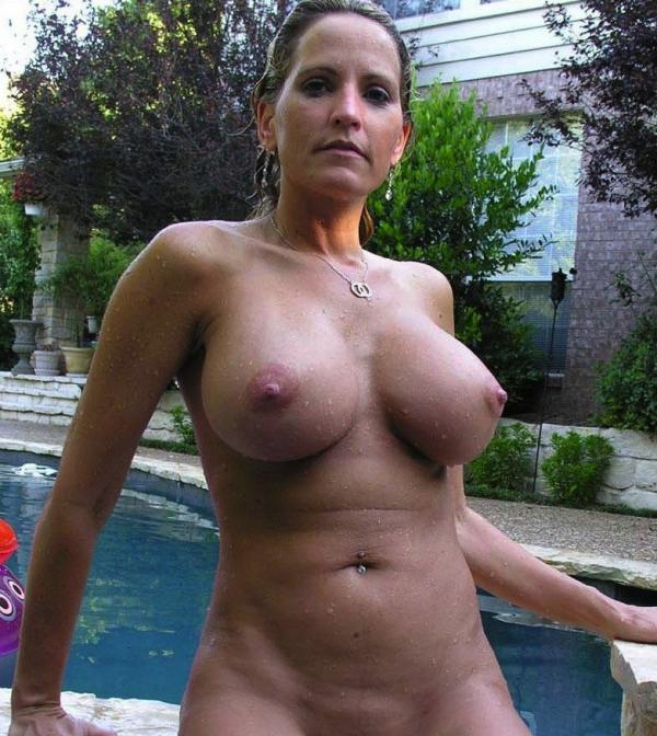 Dojrzała na basenie
