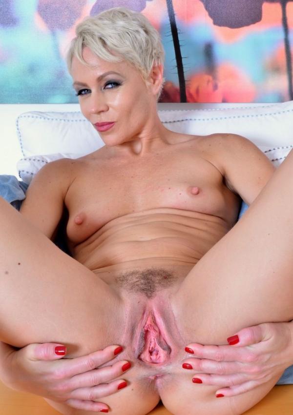 Starsza blondi z chętną szparką