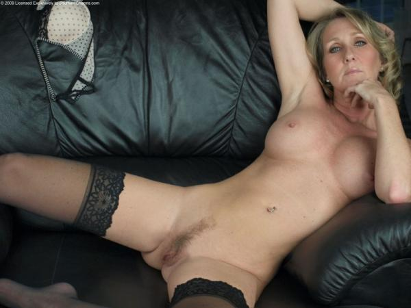 Na czarnej kanapie