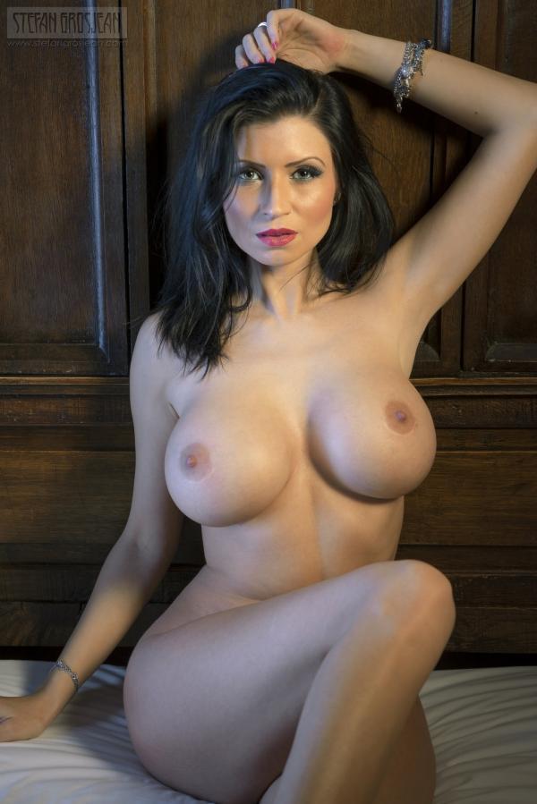 Krągłe piersi dojrzałej babeczki
