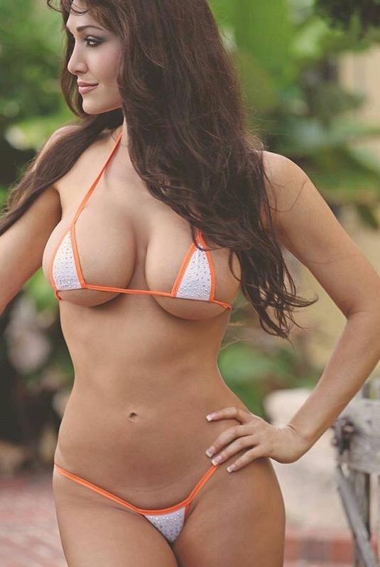Mama w skąpym bikini