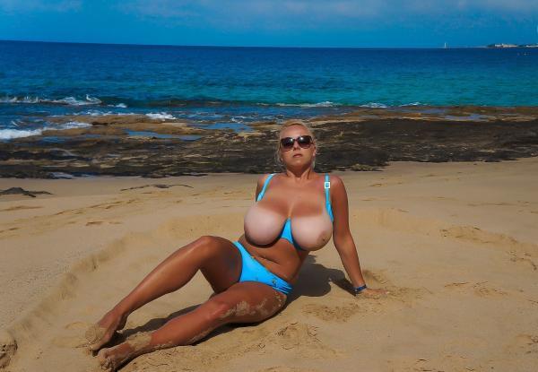Z gołymi baniakami na plaży