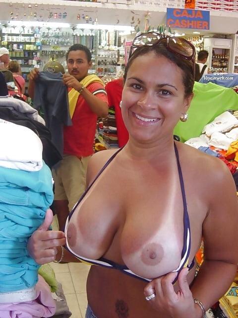 Pokazuje cyce w sklepie