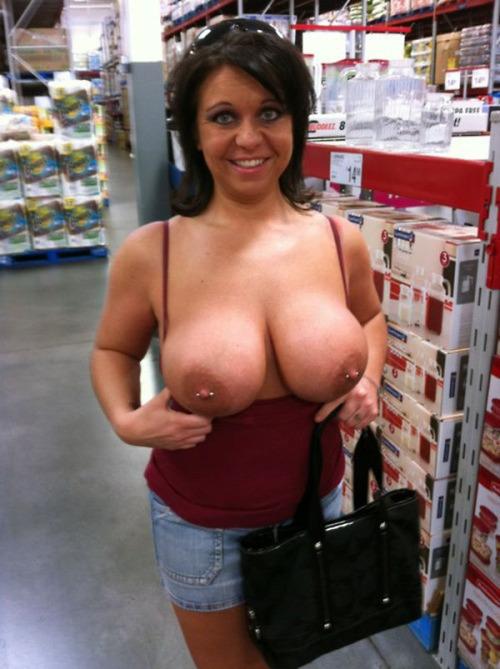 Mamuśka pokazuje cycki w sklepie